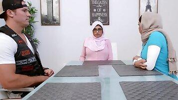 Arab fucks white woman BJ Lessons with Mia Khalifa